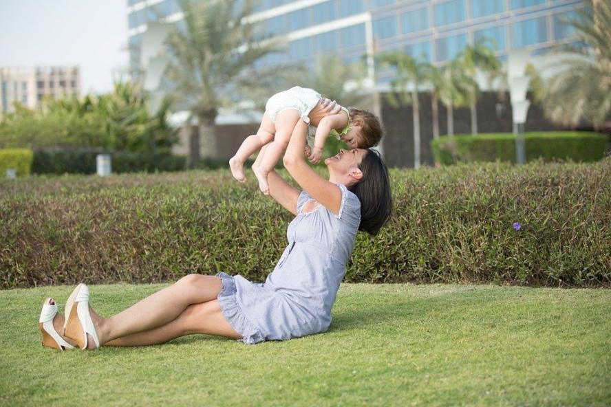 boldog élet anya és kislánya feje összeér látszik hogy szeretetben örömben élnek