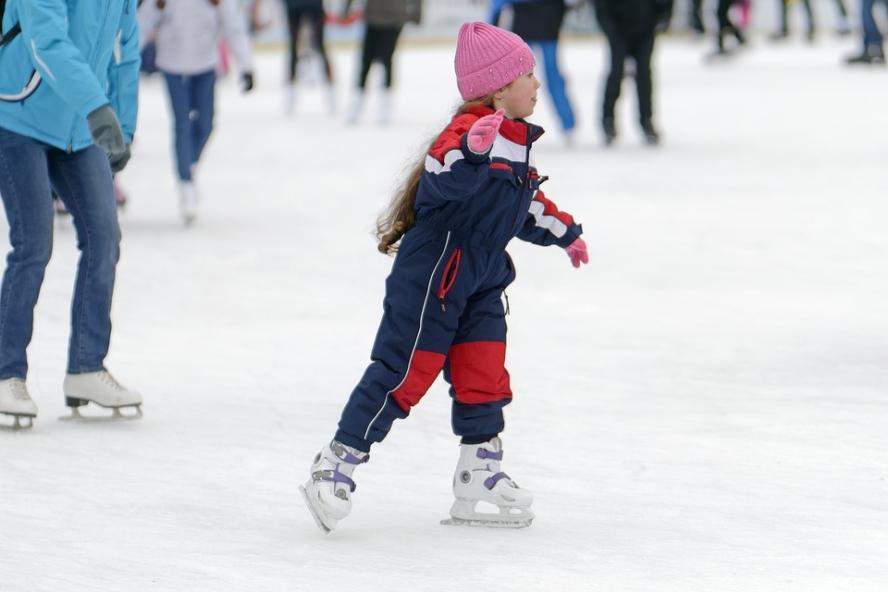 Egy kislány korcsolyázik nagyon aranyos