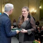 Horváthné Dunaveczki Leona éppen átveszi a kitüntetést
