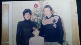 Leonakisgyerekkéntédesanyjávalésédesapjávalakarácsonyfánáláll