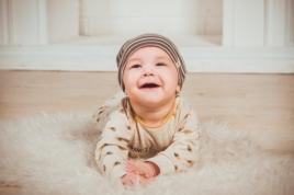újszülöttmosolygóskisbaba
