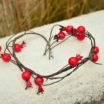 havas fatörzs és piros bogyók szív alakban látszanak